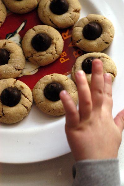 Peanutbutter + kiss cookies3 web